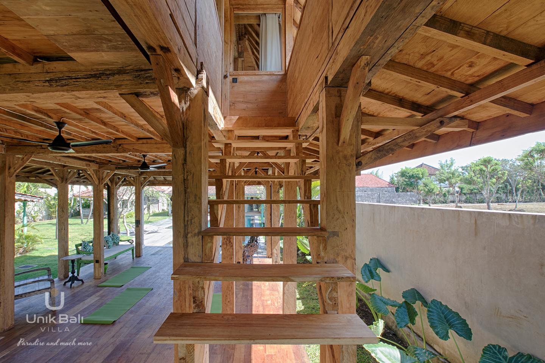 unik-bali-villa-cashew-a-louer-air-joglo-escalier-chambre-5