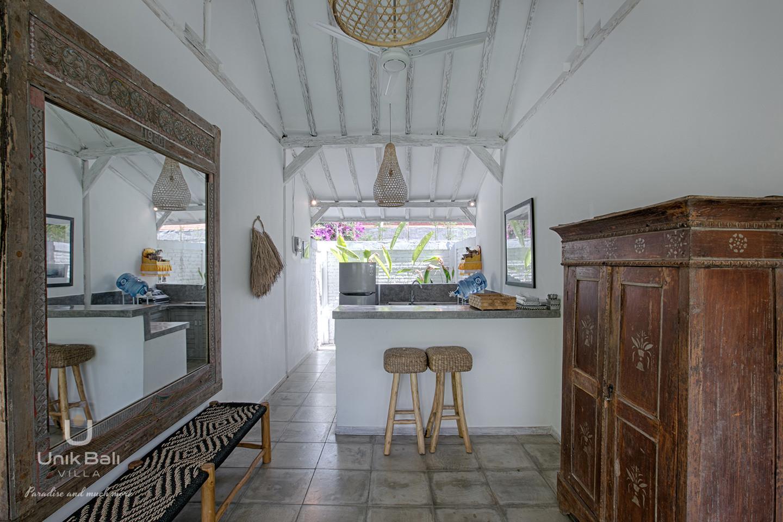 unik-bali-villa-for-rent-grey-damai-open-kitchen-stools