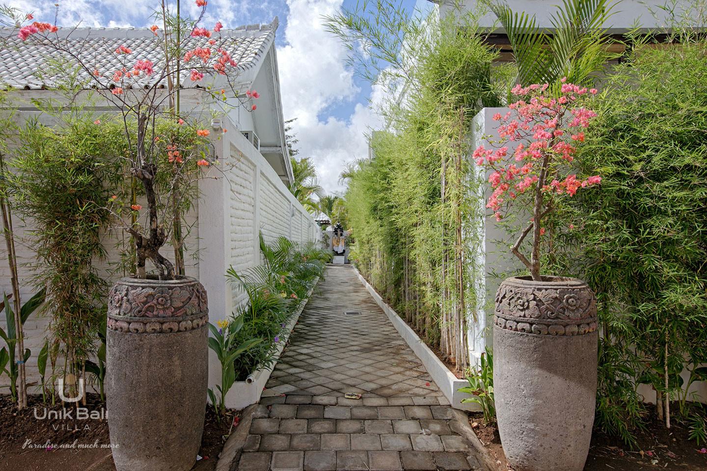 unik-bali-villa-for-rent-grey-private-driveway