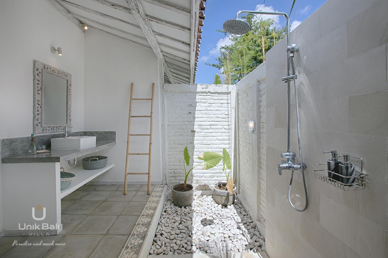 unik-bali-villa-for-rent-grey-damai-open-air-bathroom-1