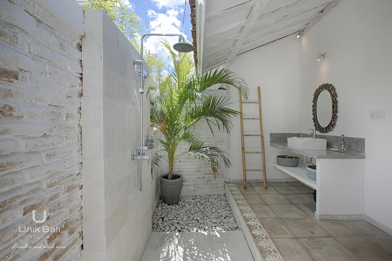 unik-bali-villa-a-louer-grey-damai-douche-a-ciel-ouvert-salle-de-bain-2