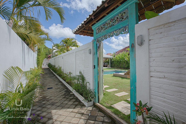 unik-bali-villa-for-rent-grey-private-entrance
