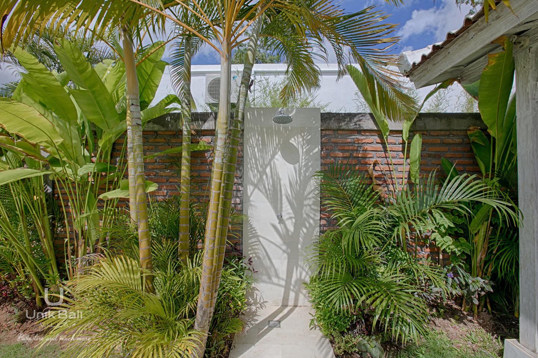 unik-bali-villa-for-rent-grey-damai-outside-shower