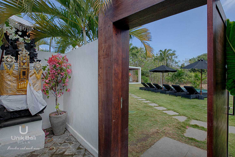 unik-bali-villa-for-rent-samudra-entrance-door