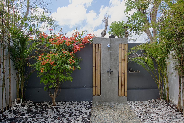 unik-bali-villa-for-rent-samudra-shower-bathroom-1