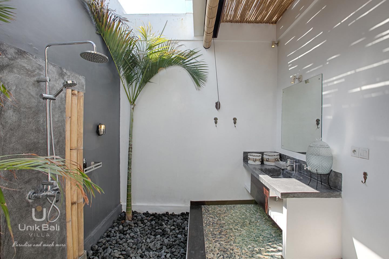 unik-bali-villa-for-rent-samudra-shower-bathroom-4